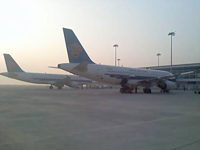 本应在北海机场降落的上海—北海航班备降三亚;昆明—北海航班的降落