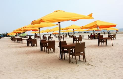 新伞给银滩景区添了一道美丽的风景线.