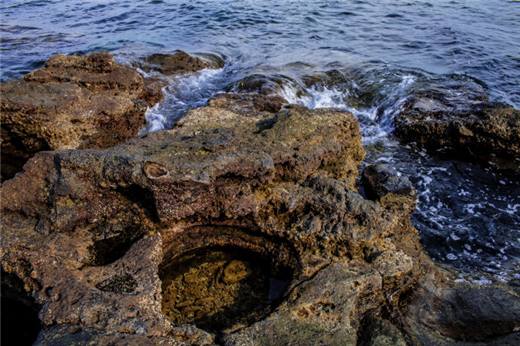 在海枯石烂那里坐在岩石边,听着海浪声,看着惊涛