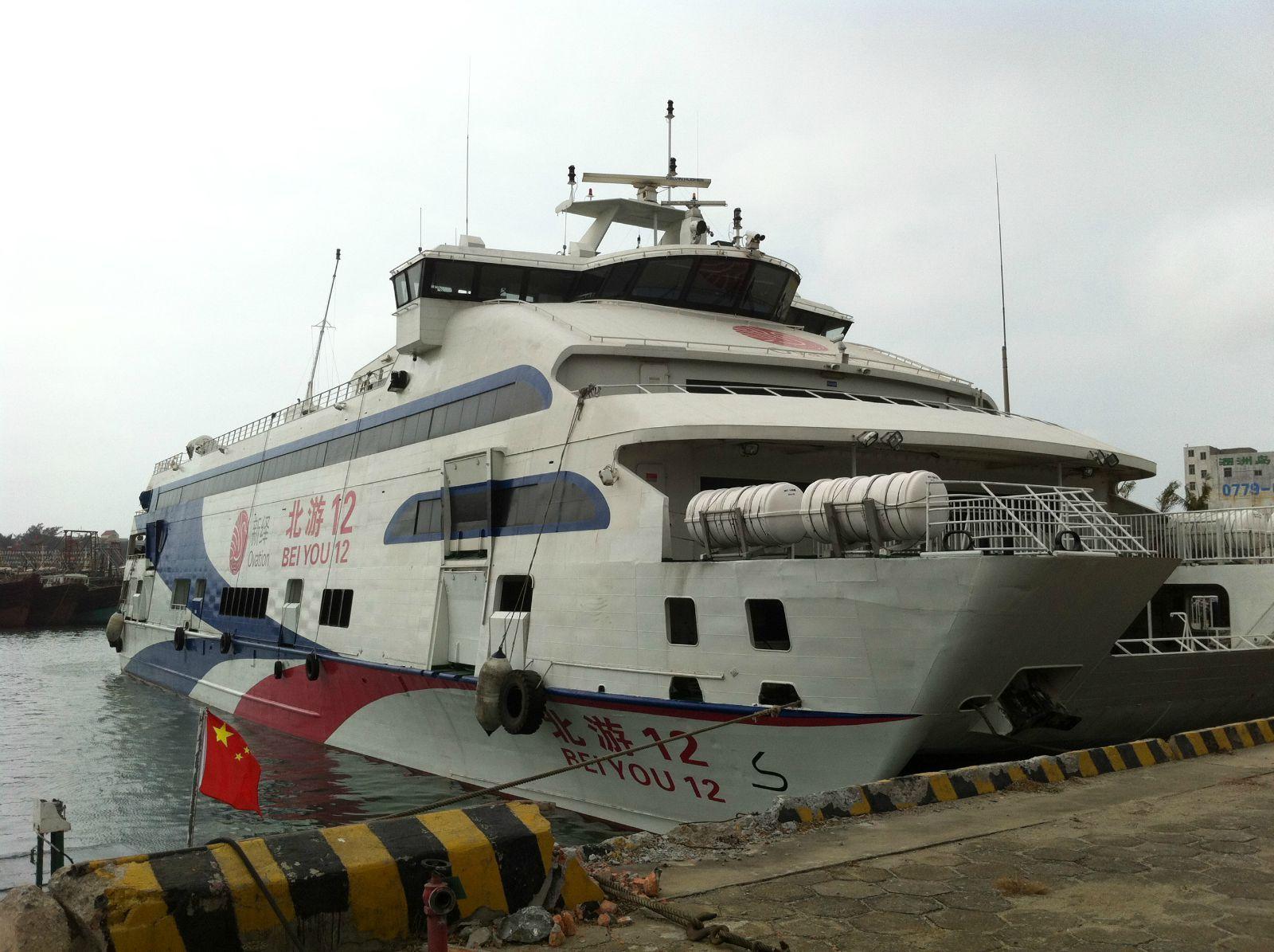 从北海到涠洲岛坐船大约90分钟左右,在北海市内乘3路公交车到北海