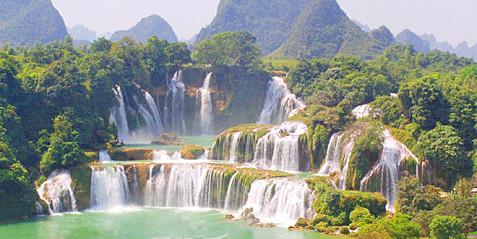 风景区位于靖西县城东南部32公里的湖润镇新灵村,古龙山水源林自然